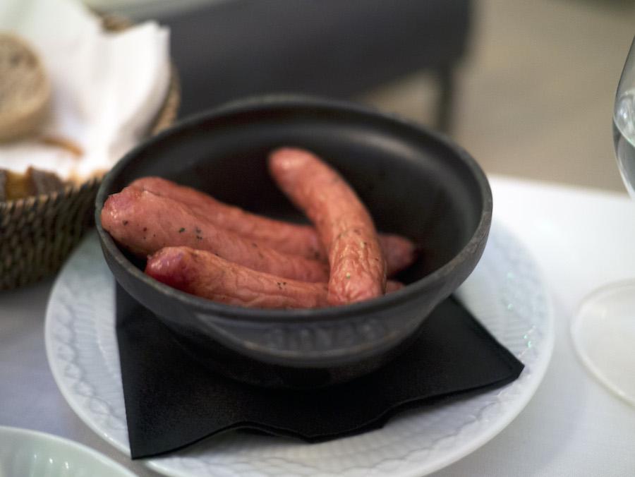Til spejlægget fik vi også et hold pølser fra de glade grise fra Grambogård på Fyn. De var saftige og pakket med smag.