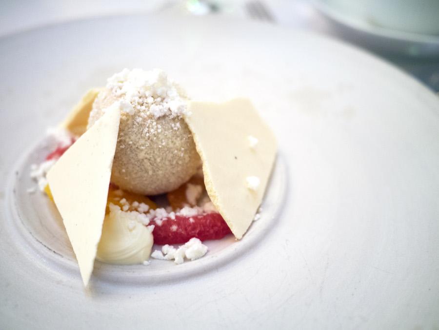 Vi havde brug for en forfriskende afslutning, og derfor var denne dessert meget velvalgt. Den bød på citrusfrug, hvid chokolade og cremefraiche.