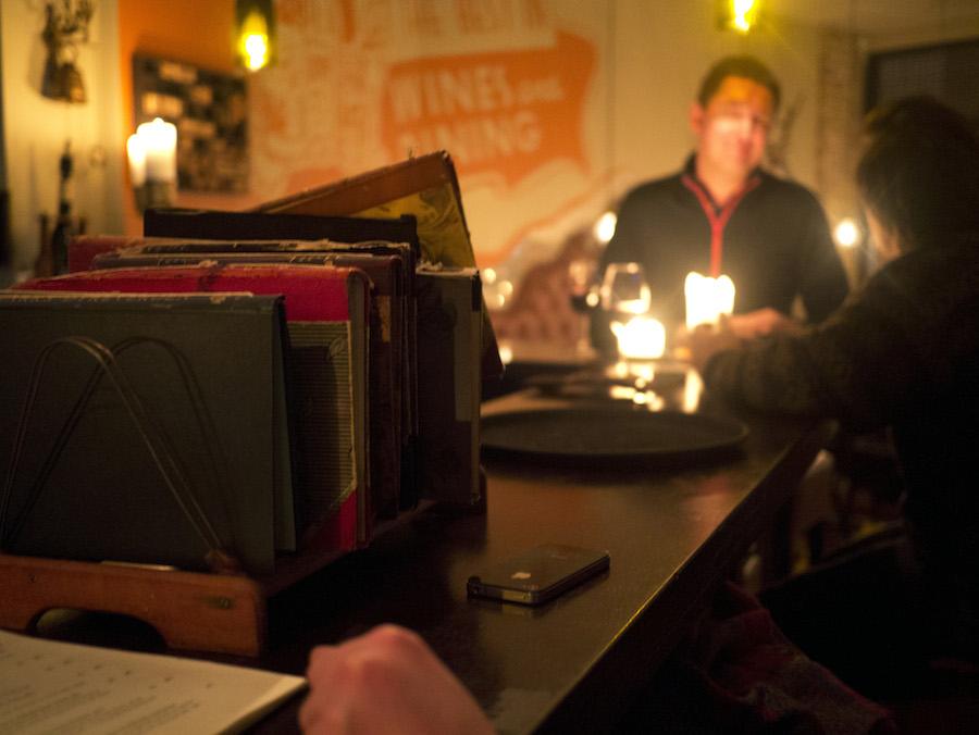I baren er der lekture, som kan indtages sammen med et glas bobler.