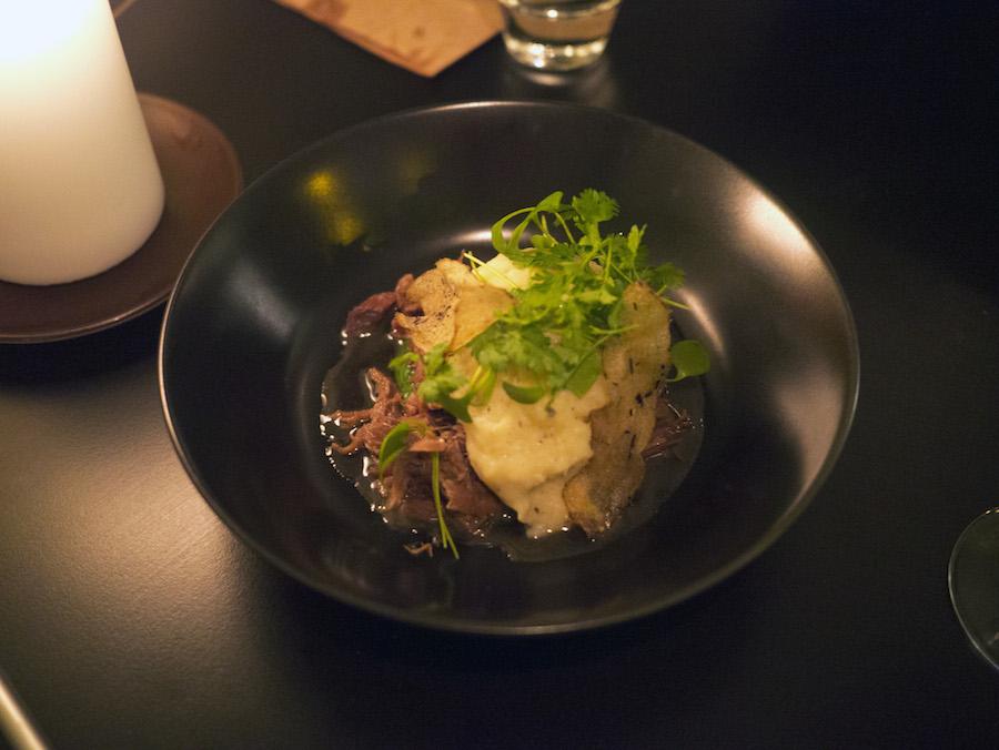 Braiseret kalv, der var mørt, saftigt og pakket med smag. Delikate trøffelaromaer steg op fra tallerkenen.