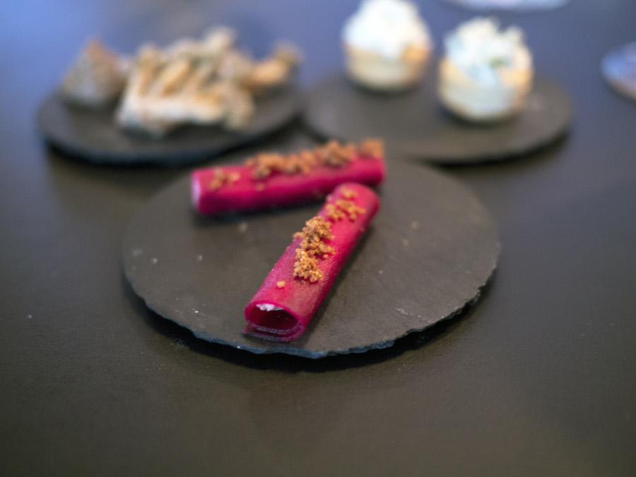 Smukke cylindre af rødbede med foie gras; lækkert.