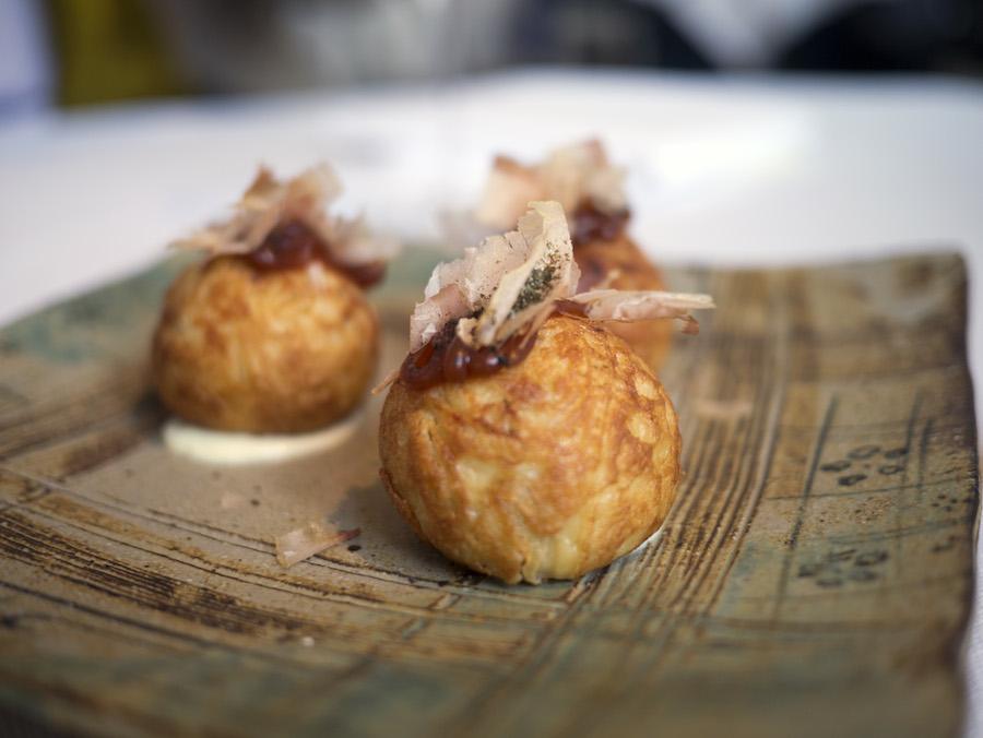Japanske æbleskiver med tørret tun, barbequesauce og blæksprutte; vanedannende!