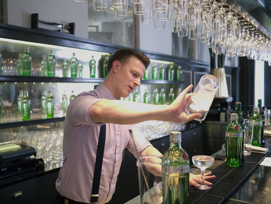 Jannick Gram fra Balthazar på Hotel d'Angleterre viser, hvordan en dry martini skal eksekveres.