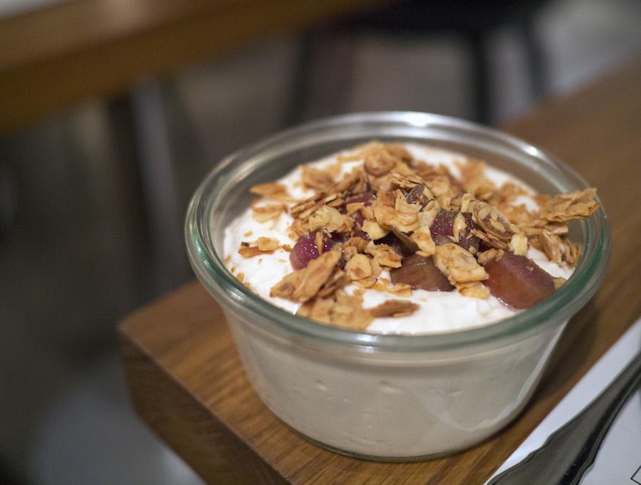 Der var gode takter i denne dessert, men den lille mængde af rabarberstykker gjorde flødeskummet for drøjt i længden.