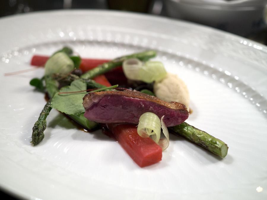 Due, rabarber, vanille og asparges i smuk forening.