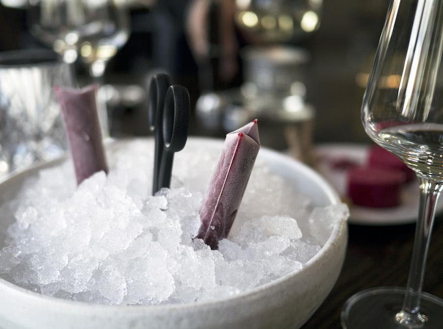 Skub-op-is med hindbær. Læskende og lækkert.