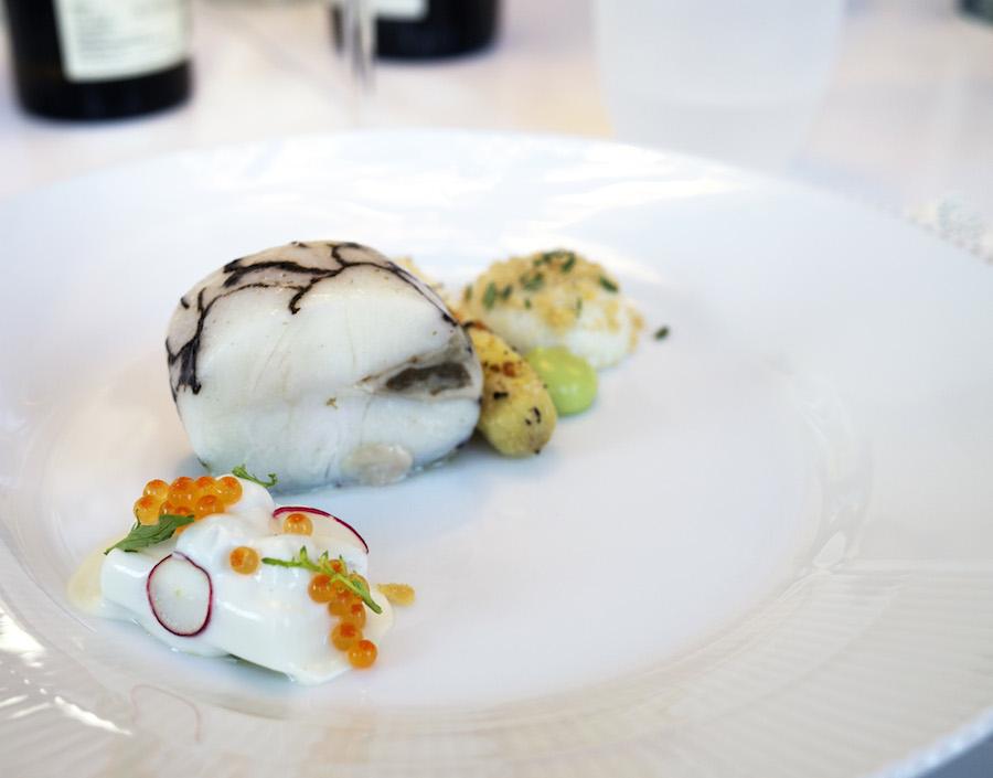 Kravet til forretten var, at den skulle indholde torsk og wasabi. Torsken ser du midt på tallerkenen i smuk udformning. Bemærk østersen, der er pakket ind i torsken. En flot ret, der blev fuldendt med en cremet og luftig sauce blanquette tilsmagt med wasabi, så det lige netop gav styrke uden at overdøve.