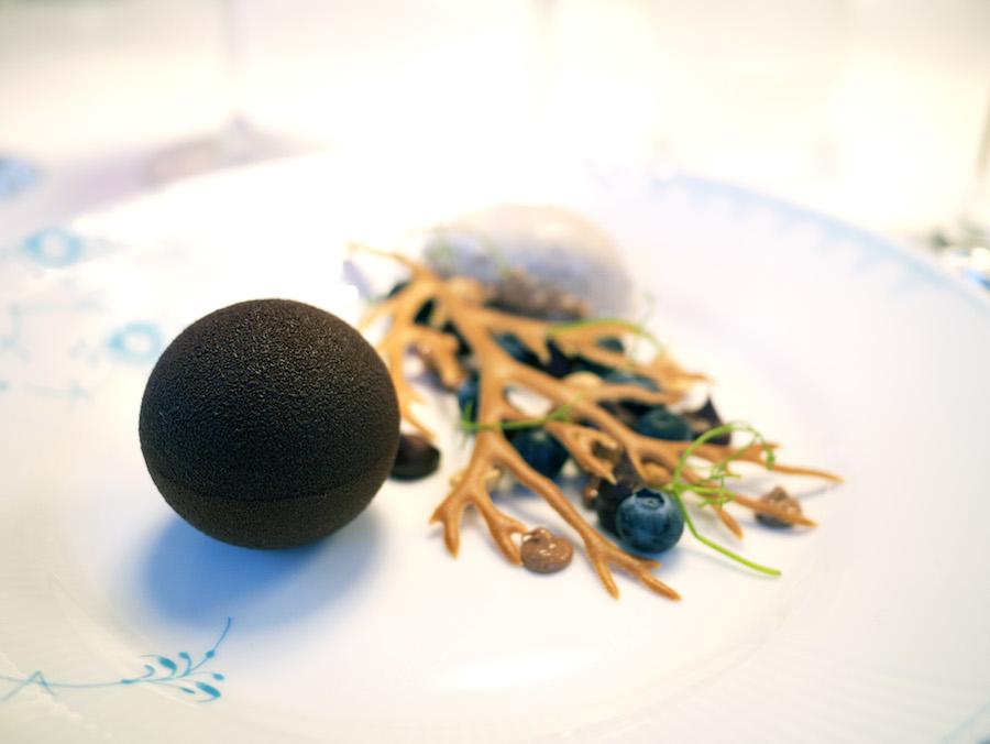 I desserten skulle der bruges te, og den kom i form af den cremede is bagerst. Forrest en fyldt chokoladekugle og ved siden af dutter af karamel og friske blåbær.