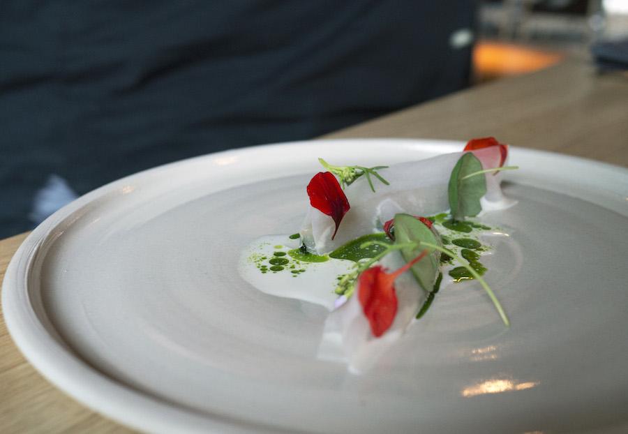 Normalt vækker skilt sauce negative associationer, men her giver den grønne olie et smukt visuelt udtryk til retten med makrel.