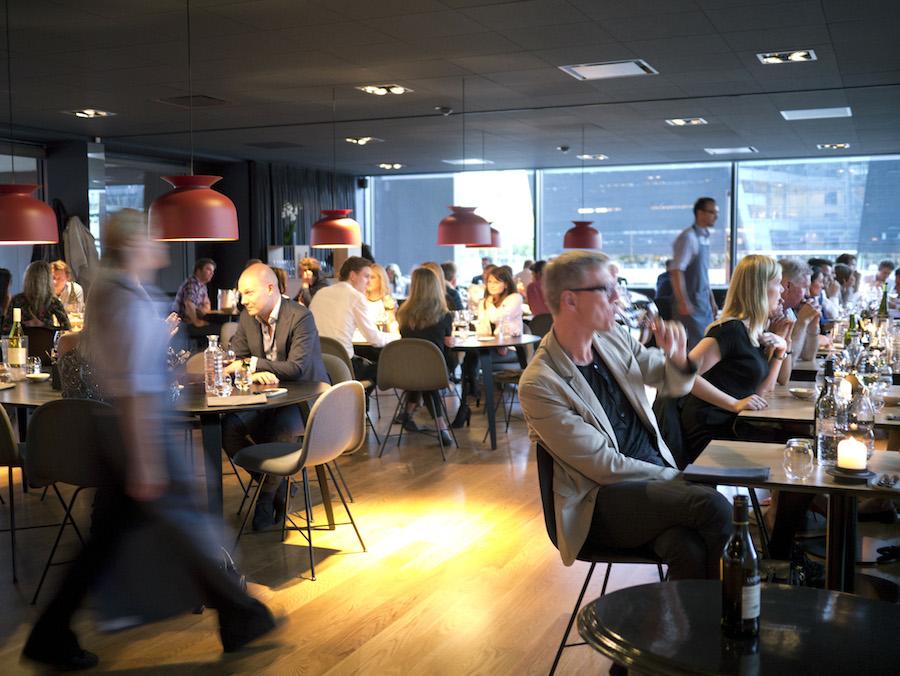 Mens betjeningen bevægede sig hastigt over gulvet, kunne gæsterne i den fyldte restaurant nyde livet.