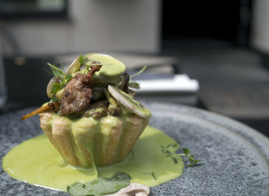 Tartelet med brisler, svampe og persillesauce. Forrygende.