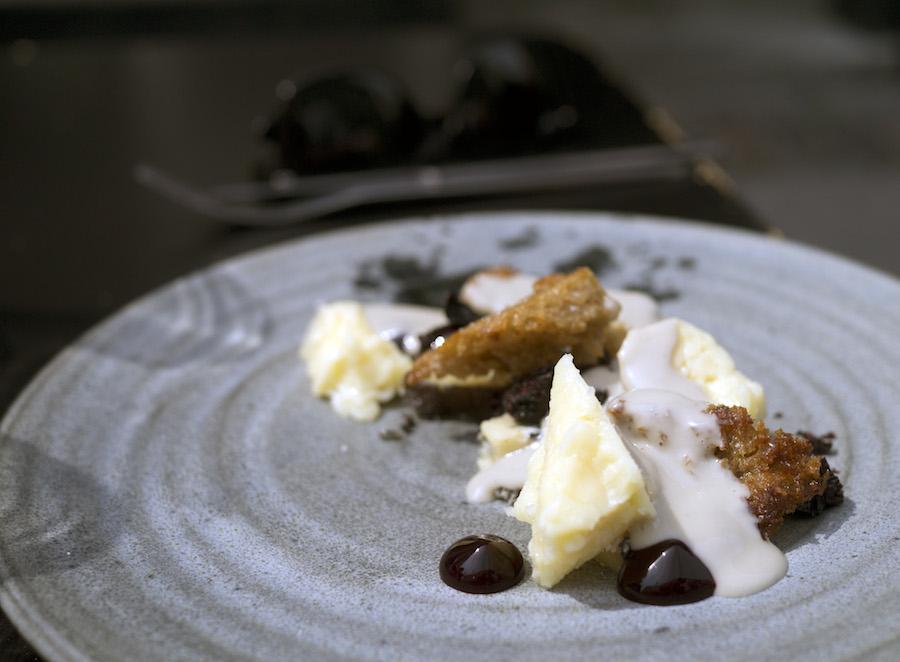 Arla Unikas havarti i selskab med blåskimmel fra Castello, solbær og en tyk, cremet ostesauce.