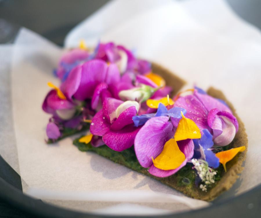 Denne smukke blomstertærte afslutter denne fortælling på og minder samtidig om, hvor indtagende den danske sommer er.