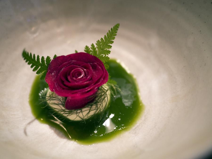 Rabarberrose a la noma. En meget syrlig oplevelse, der savnede lidt finesse.