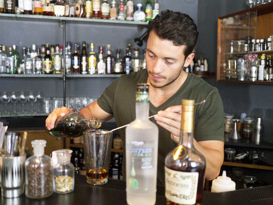 Rasmus Skov Madsen er et flot fyr, og så kan han lave gode cocktails. Begge dele kan du få glæde af på Duck & Cover på Vesterbro.