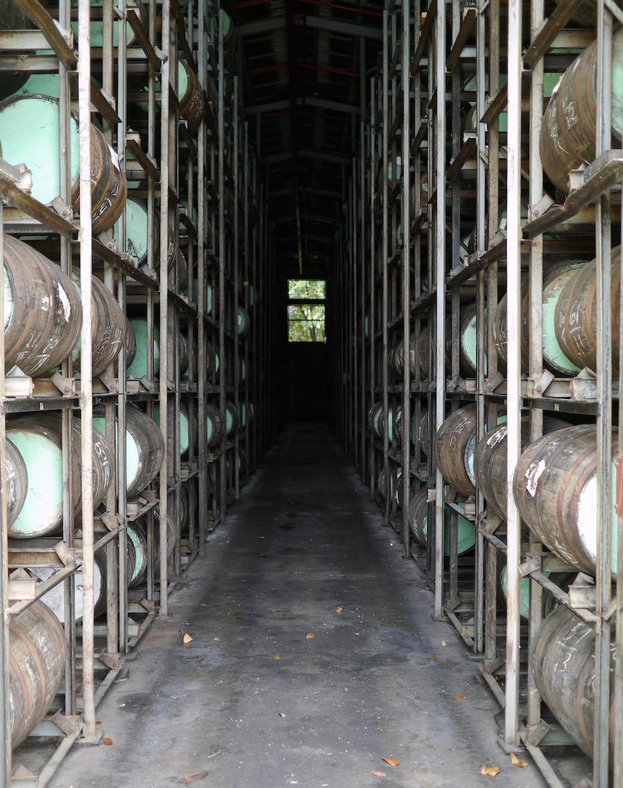 En af flere lagerhaller, hvor rommen faglagres.