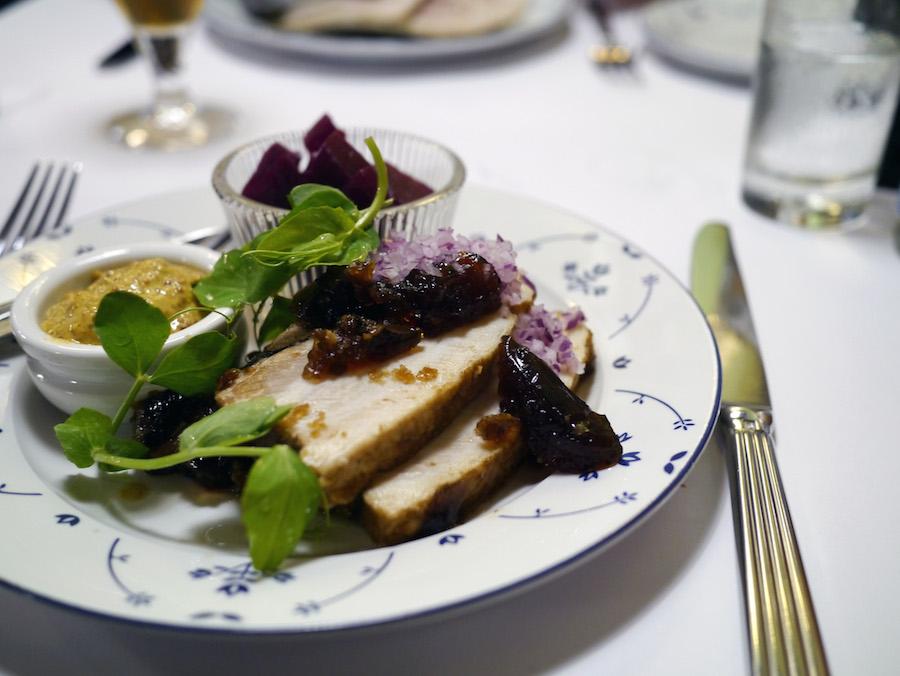 Surrib, en sønderjysk egnsret med flæsk, sennep og rødbeder, var både nærende og velsmagende.