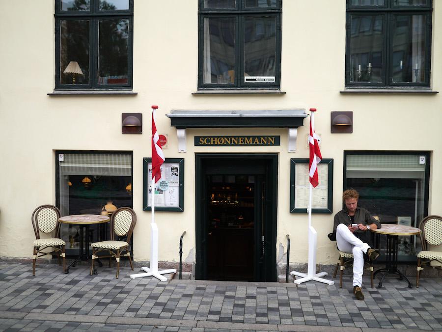Schønnemann ligger centralt. Det røde skilt til venstre for døren vidner om, at Michelin har fundet stedet anbefalelsesværdigt.