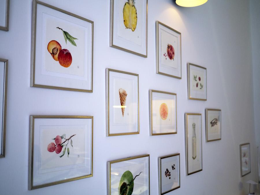 Christina Bardram står for den hyggelige kunst på væggene.