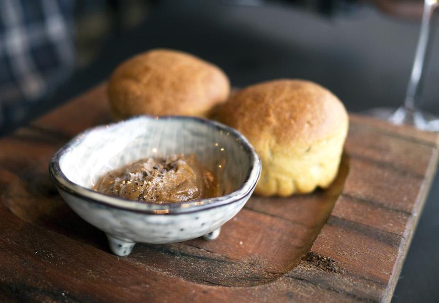 Mens vi kiggede på menukortet, fik teboller med timian og dertil en delikat løgpuré.