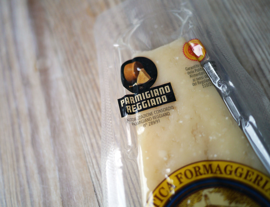 Der runde, sorte logo i venstre hjørne er dit pejlemærke, når du skal på jagt efter ægte parmesan.
