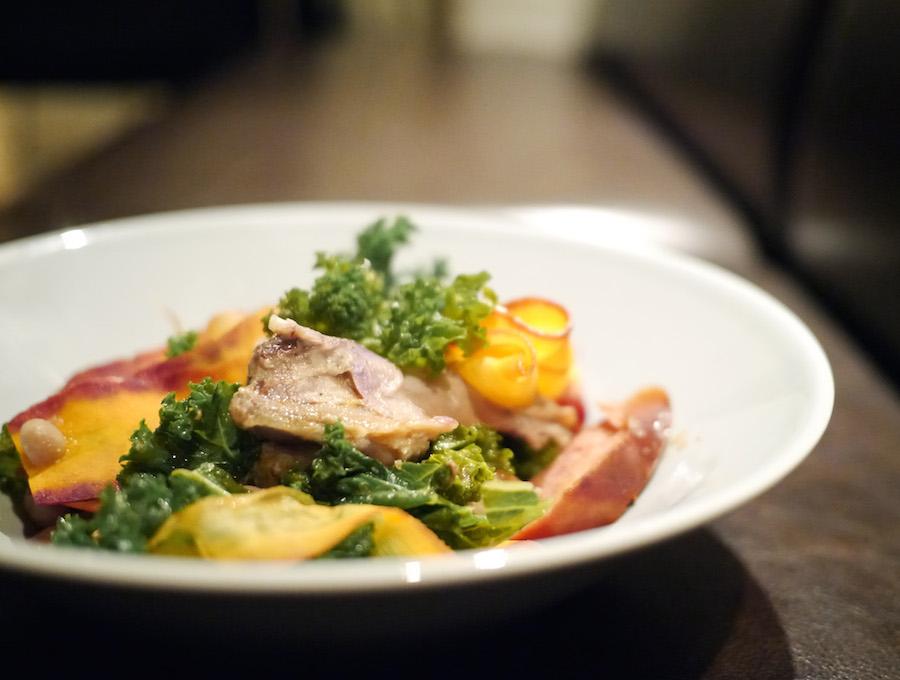 Cassoulet i en opfrisket version med gulerod og grønkål på toppen.