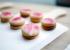 Hindbærsnitter i småkageformat og af fremragende kvalitet; sprød porøs kage og masser af smag i hindbærmarmeladen.