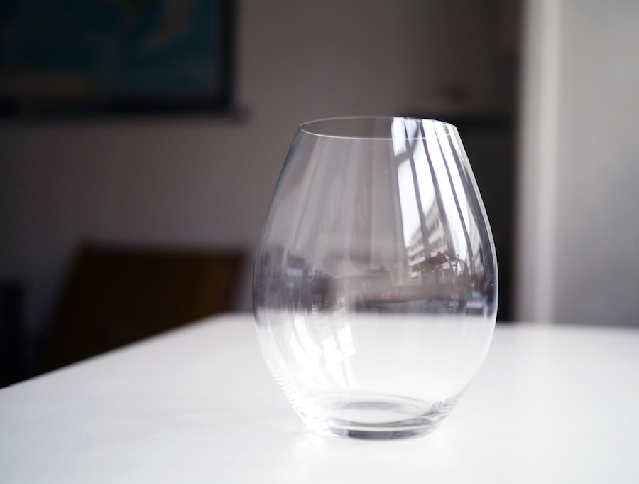 Riedel laver også en serie uden stilk, som gør glassene mindre formelle uden at gå på kompromis med funktionaliteten, såfremt du ikke sidder og varmer vinen med hænderne. Ideelt til den rejsende, der vil have et godt glas med sig.