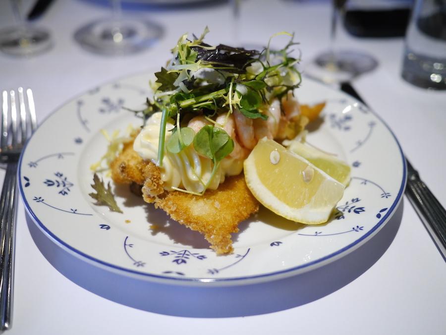 Fiskefilet på Schønnemanns er lavet af frisk fisk, og rejerne er friskpillede. Den smager skønt. med gode kontraster mellem fedme og friskhed.
