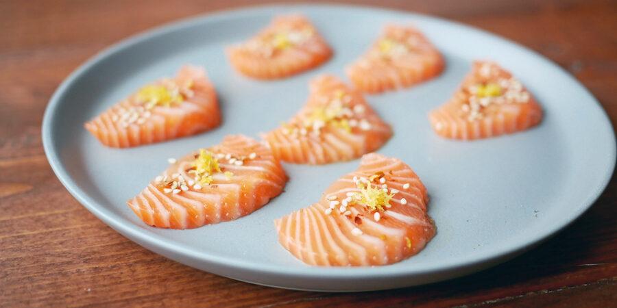 Opskrift – sashimi af SALMA-laks med dashi, sesam og citronskal