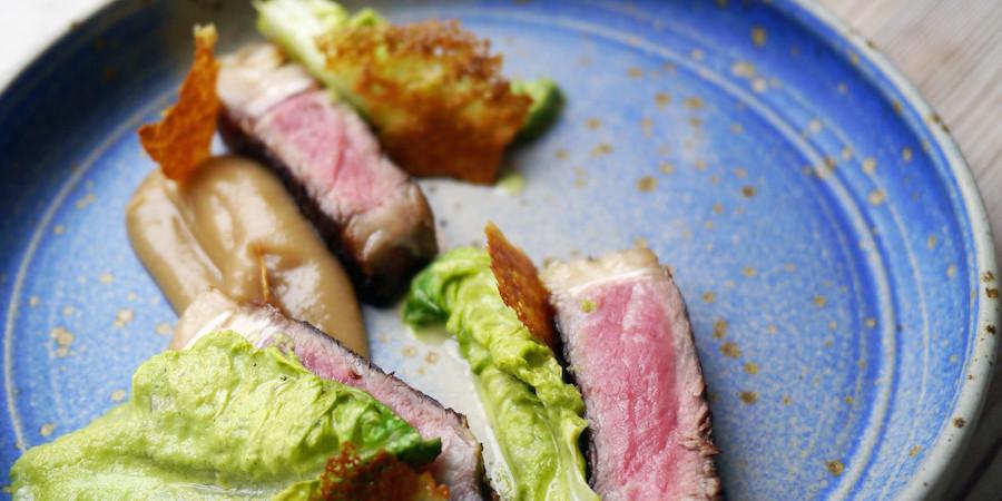 Opskrift: Oksehøjreb med hjertesalatsauce, sprød kartoffelflager og æblepuré