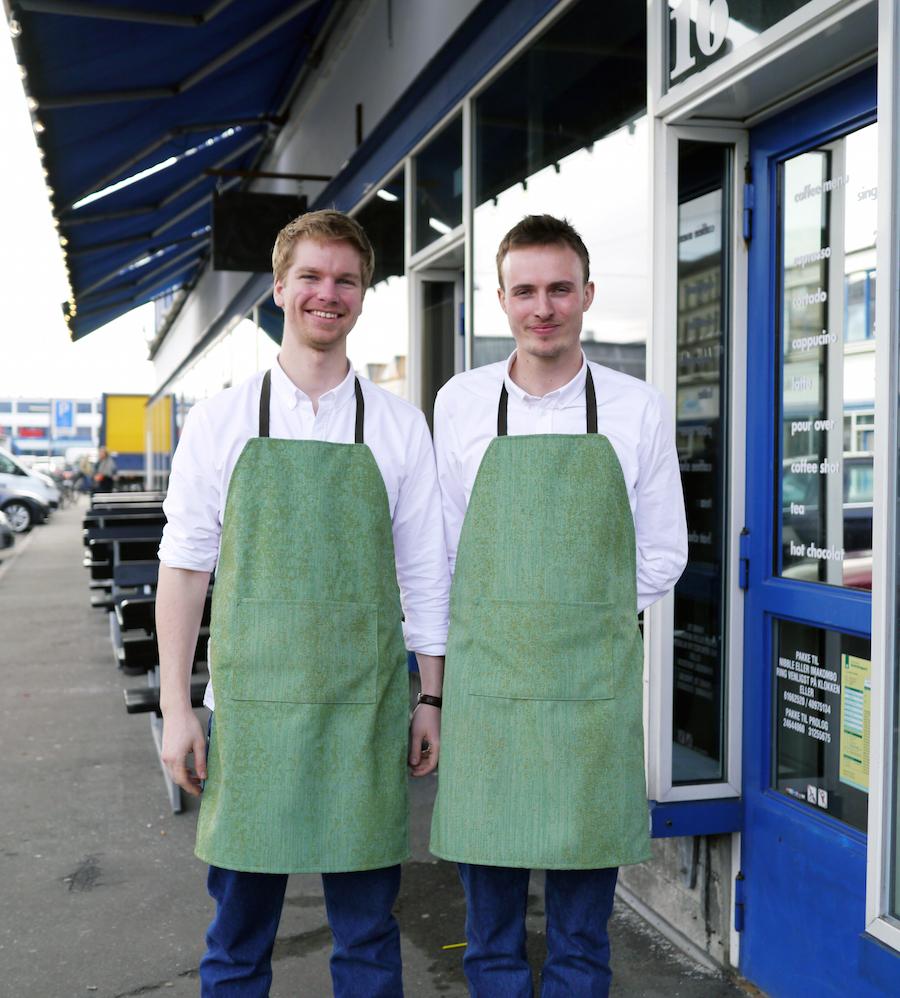 Hils på herrerne bag Prolog Coffee Bar. Med lyst hår er det Jonas Gehl og ved siden af Sebastian Quistorff.
