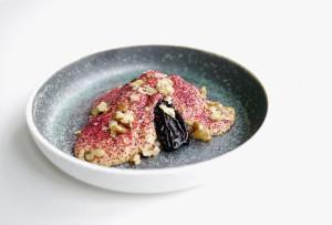 Opskrift – svesker i portvin med saltkaramel, creme anglaise og hibiscus
