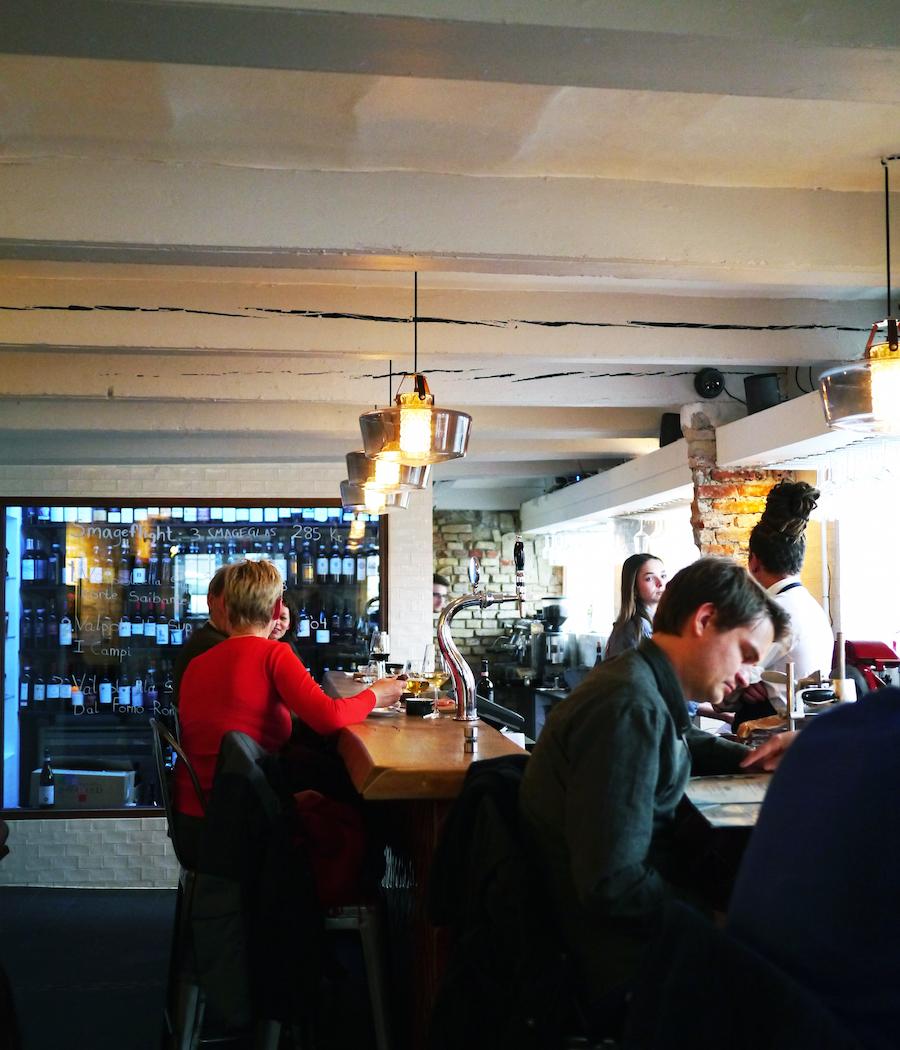 Man kan tage plads ved at af de små borde eller i baren på Il Senso.