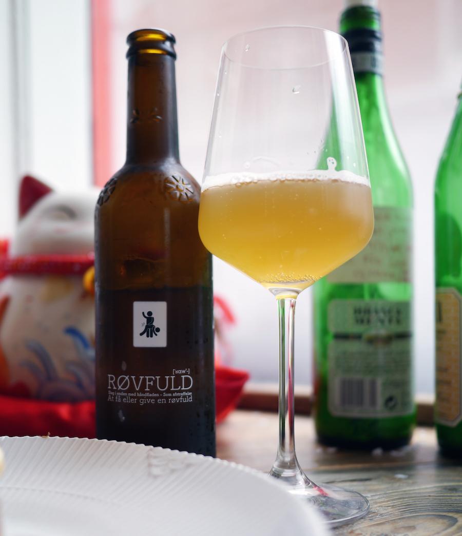 Øl med dobbeltbetydning - Umut er ikke sen til at indskyde, at han selvfølgelig udgør den ene mand på etiketten - hvilken vides ikke med sikkerhed.