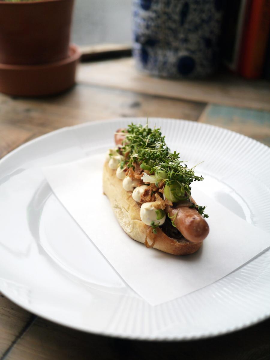 En smuk hotdog, hvor jeg dog drømmer om, at pølsen bliver opgraderet til en med mere struktur og flere krydderier, om end det selvfølgelig er en fortolkning af originalen.