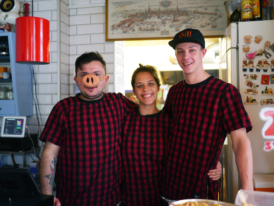 Fra venstre er det Umut Sakarya, hans kæreste og partner Katrine HJorth og kokken Jeppe Gronemann Christensen, der har en fortid på selveste Geranium.