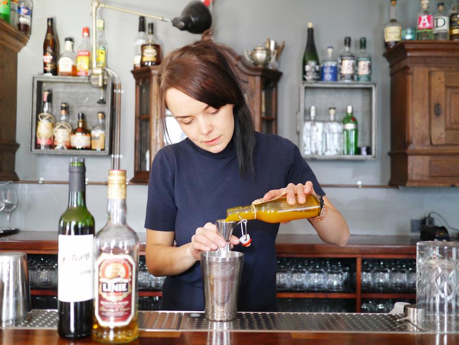 Irina Jelizarova arbejder til daglig som bartender på Lidkoed, Vesterbro.