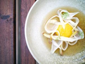 Syltede asparges og æggeblomme i parmesan- og svampebouillon