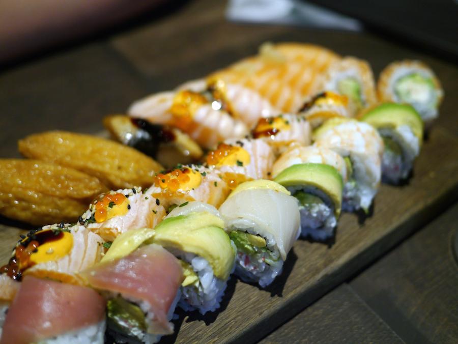 Sushien kommer ind på et flot bræt, og det hele smager dejligt.