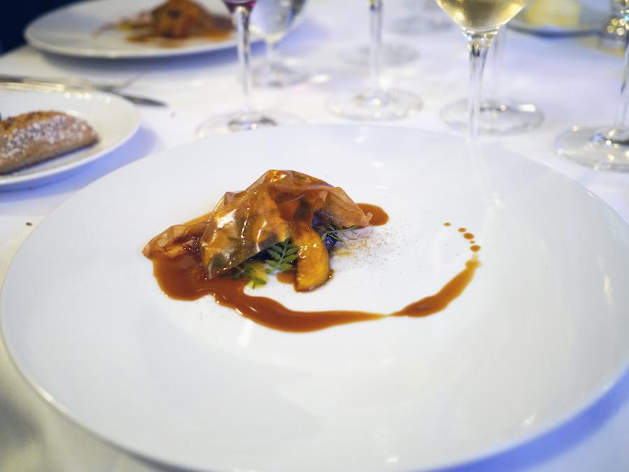Klassisk luksus. Stegt foie gras med ferskner.