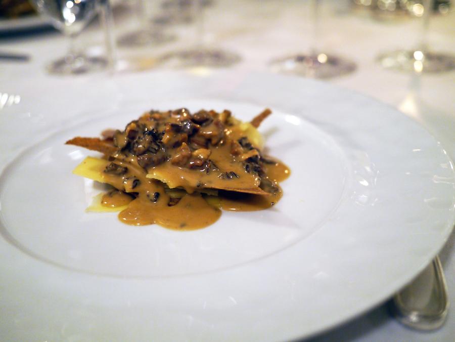 Man bliver altid fristet af ost på Søllerød Kro, selv om man får rigeligt med mad; comté, morkler og valnødder.