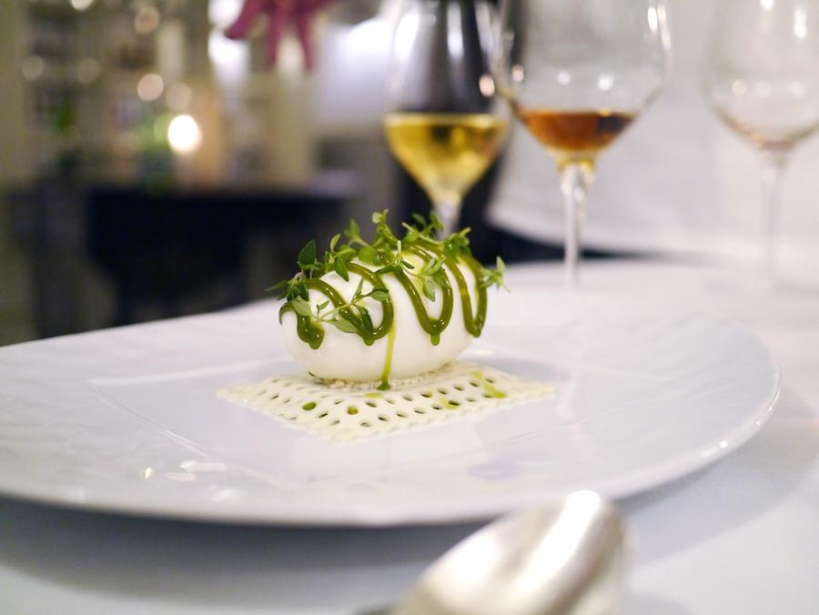 Søllerød Kro er kendt for sin kærlighed til desserter. Her er det en af Brian Mark Hansens signaturer med pistaciekage, en måtte af timianfløde, hømælkeis, pistaciesirup og frisk timian.