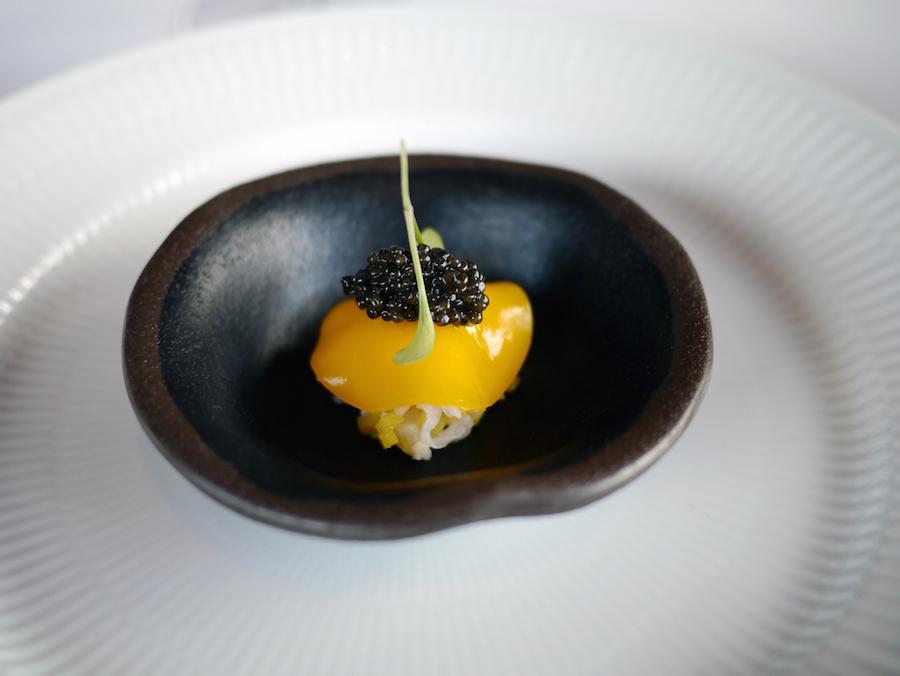 Jomfruhummer, mango og kaviar - en servering på absolut topniveau.