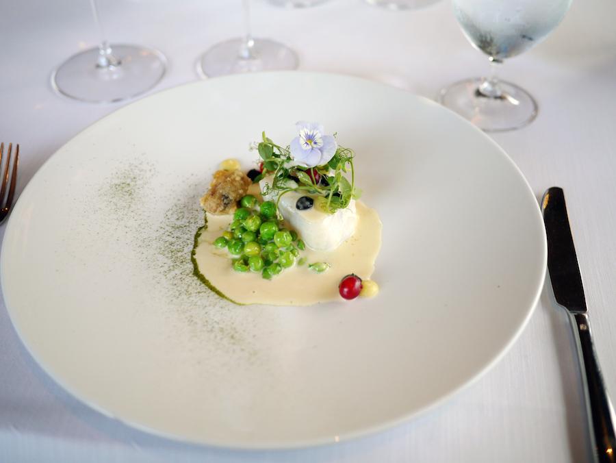 Tempereret torsk med sort hvidløg, confiteret citron, ribs og røget muslingesauce. Bravo!