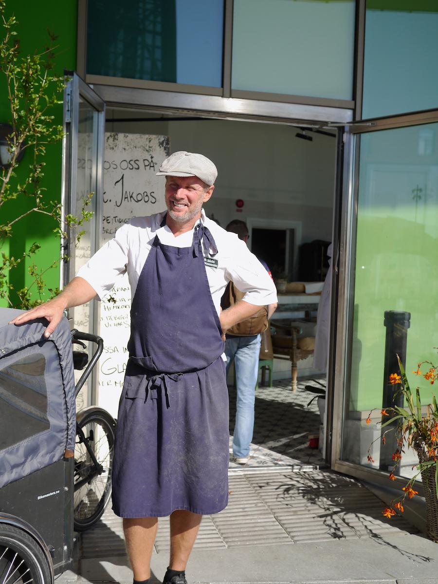 Mattias Mårtensson, indehaver af St. Jakobs Stenugnsbageri, foran indgangen.
