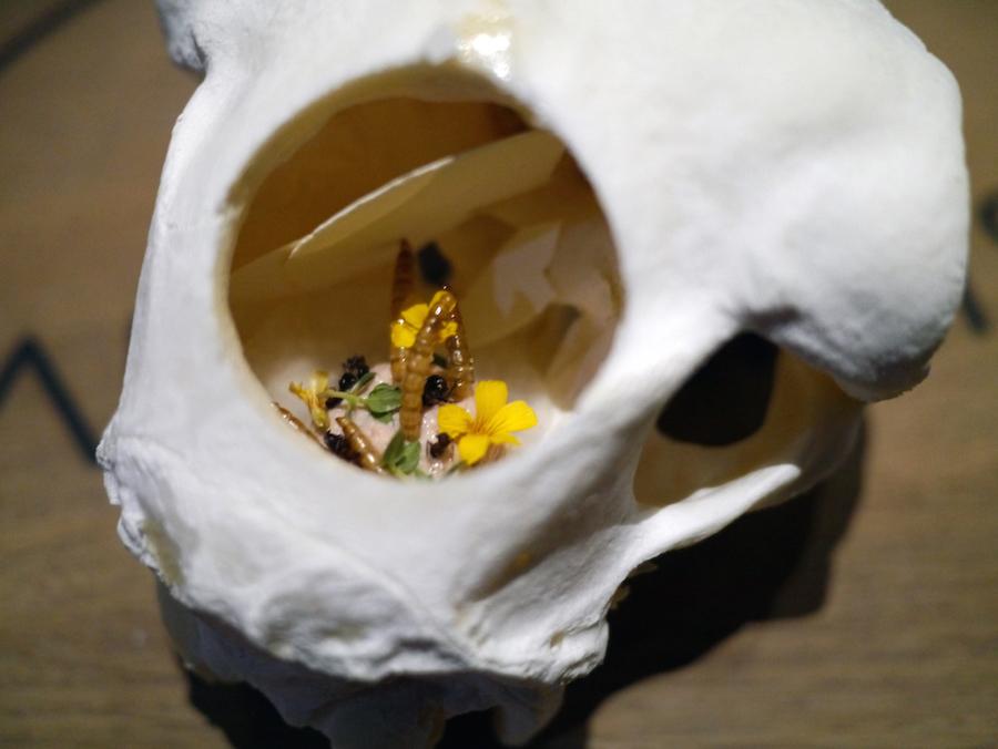 Rasmus Munk er ikke bange for at udfordre. Her gør han det med sin mousse af lammehjerne og økologisk foie gras med sprøde melorme. En vidunderlig mundfuld, hvor whiskyen skar godt igennem fedmen.