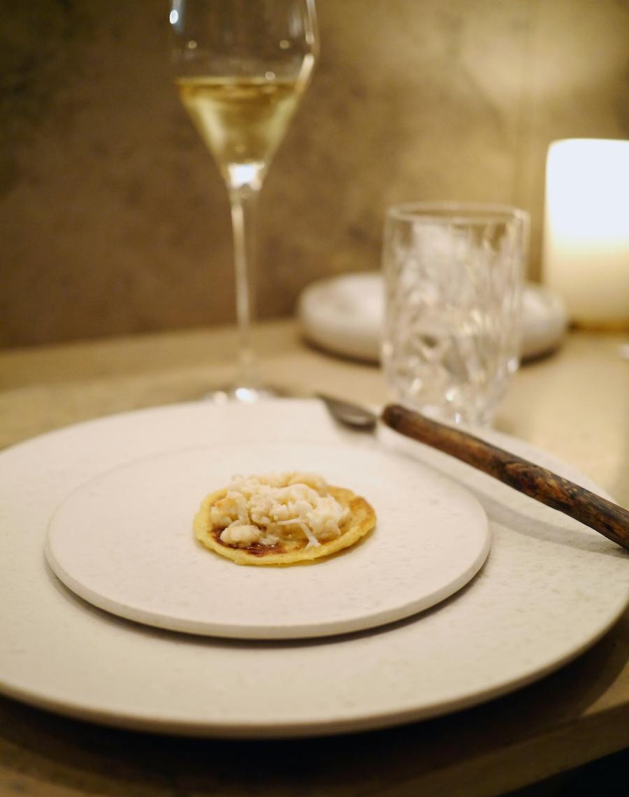 Lombe med smørpocheret krabbe fra Esben Holmboe Bang.