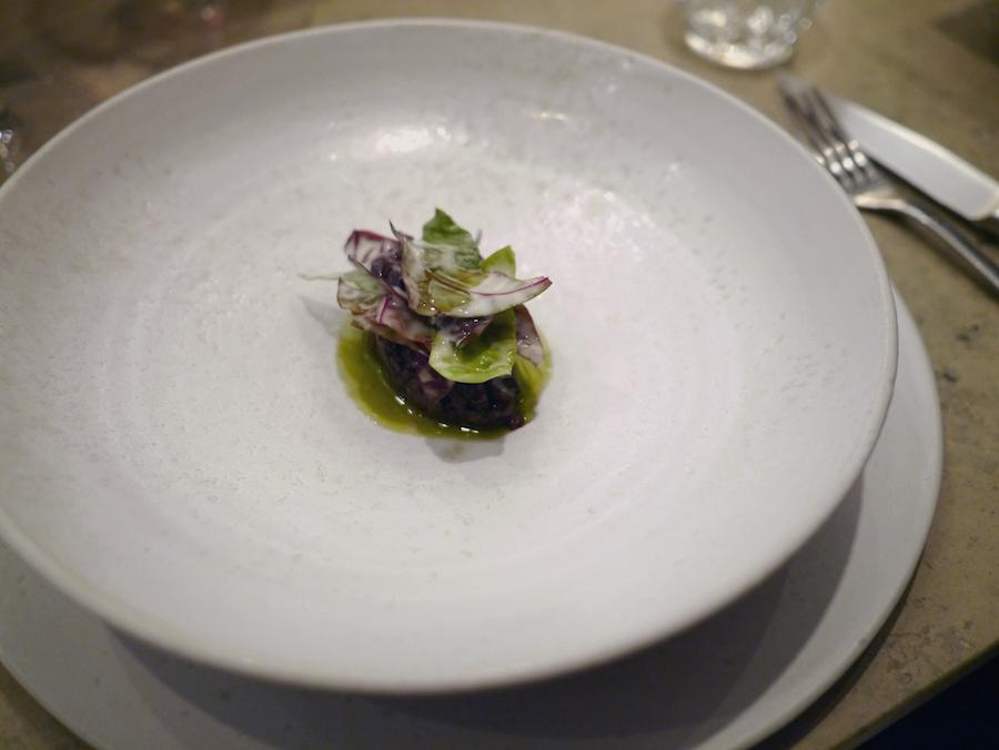 Oksetatar, salat og røget oksemarv.