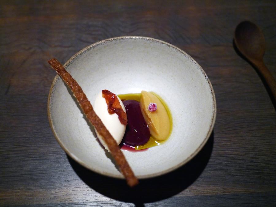 Yoghurtgelato, blomme og kvæde, anrettet som Nomas signaturdessert med kartoffel, blomme og flødeskum.